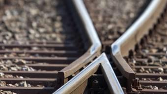 Ein Mann, der etwa 60 Jahre alt ist, wurde von einer Bahn der WSB angefahren. Nach dem Unfall stand er auf und rannte davon. Die Polizei sucht Zeugen.