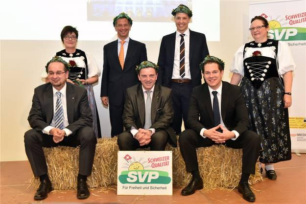 Die Kandidaten der Solothurner SVP (vl.): Roberto Conti (Solothurn), Manfred Küng (Kriegstetten), Walter Wobmann (Gretzenbach), Christian Imark (Fehren), Christian Werner (Olten); flankiert von zwei Ehrendamen. Es fehlt Roland Borer (Kestenholz).