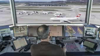 Bei Skyguide droht aufgrund von bevorstehenden Pensionierungen ein Fluglotsen-Engpass. (Themenbild)
