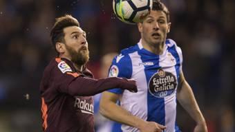 Lionel Messi im Duell mit dem Schweizer Internationalen Fabian Schär