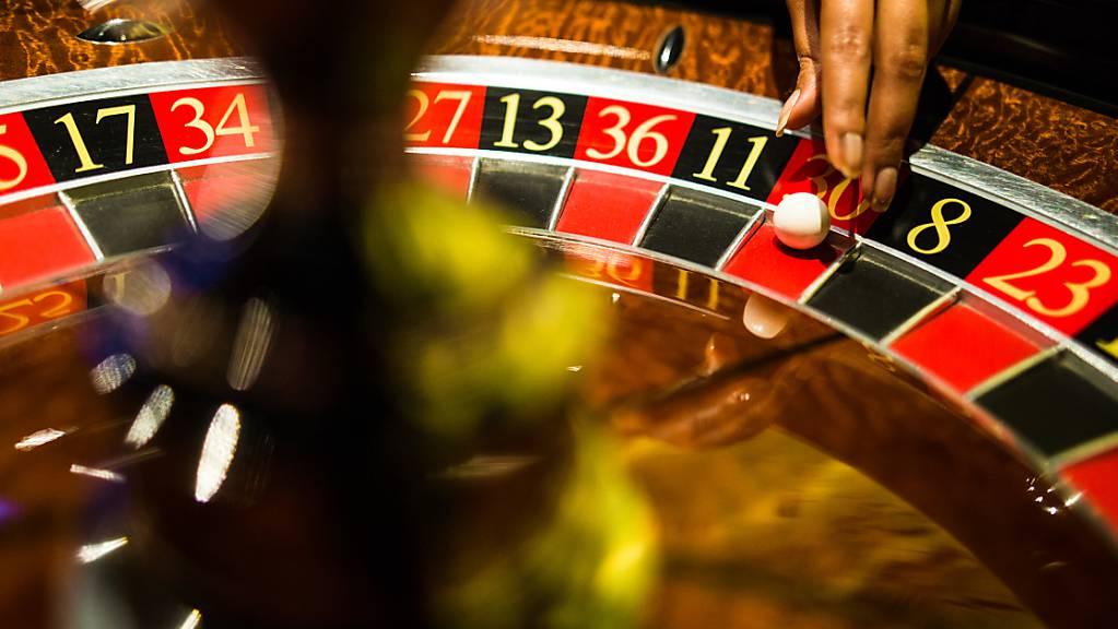 ARCHIV - Eine Mitarbeiterin der Spielbank Stuttgart greift beim Spiel Roulette nach einer Kugel, die auf Rot liegt. Foto: Christoph Schmidt/dpa