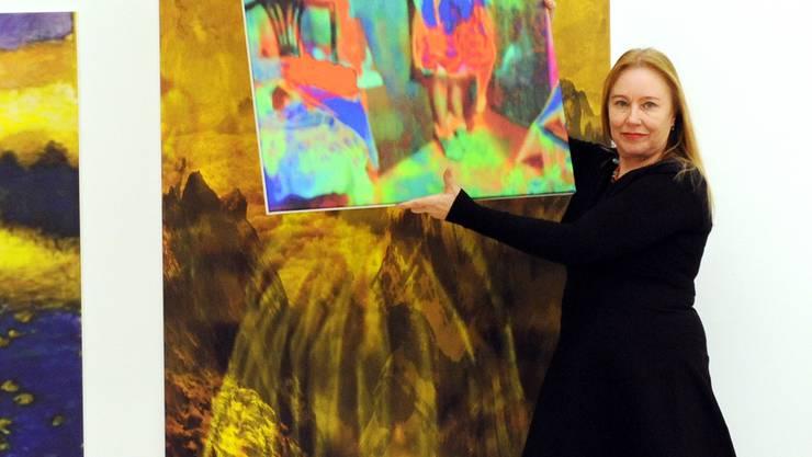 Annelies Strba richtet ihre Ausstellung ein.