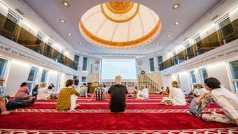 Besucherinnen und Besucher von Granges Mélanges in der neuen grenchner Moschee