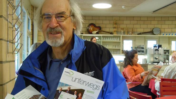 Peter Müller, Präsident der Stiftung Domino, freut sich immer, wenn er sieht, was im Windischer Mikado- Café läuft. In seinen Händen hält Müller alte und neue Jahresberichte. Die letzte Nummer ziert ein grünes, schwungvolles D – das ist seit Januar das neue Logo. EF.
