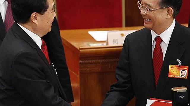 Händedruck von Präsident Hu Jintao (l) und Premier Wen Jiabao