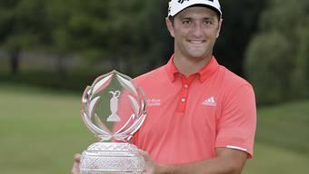 Sieg und Nummer 1 der Welt. Jon Rahm posiert mit dem Pokal für den Turniersieg beim Turnier in Dublin im US-Bundesstaat Ohio.