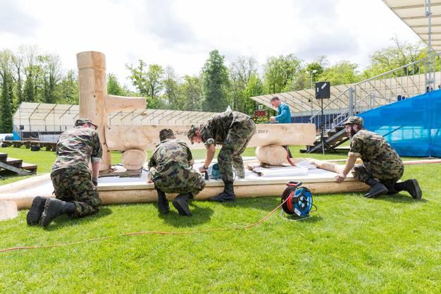 WK-Soldaten installieren den Schwingerbrunnen in der Arena, während den Aufbauarbeiten für das Aargauer Kantonalschwingfest, am 4. Mai 2017 in Brugg. Das 111. Aargauer Kantonalschwingfest findet am 7. Mai im Schachen in Brugg statt.