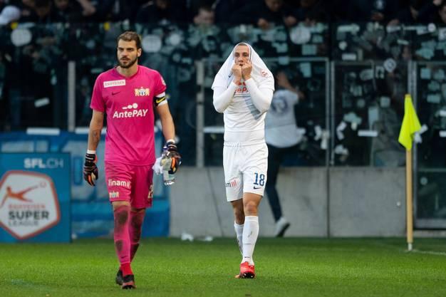 Gewohntes Bild: Der FC Zürich (Yanick Brecher und Blaz Kramer,  von links) schleichen geknickt vom Platz.