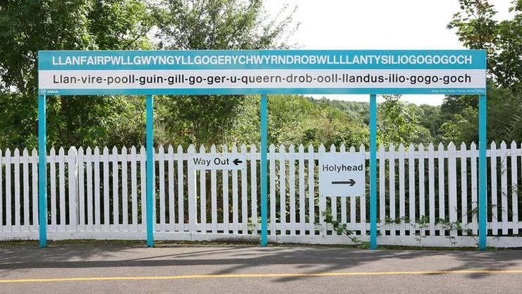 Ortsschild am Bahnhof von Llanfairpwllgwyngyllgogerychwyrndrobwllllantysiliogogogoch.