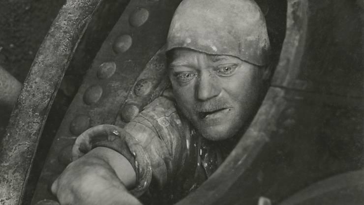 """Die Fotografie """"Arbeit im Kessel"""" (1935) ist in der Fotostiftung Schweiz in der Ausstellung """"Jakob Tuggener - Maschinenzeit"""" zu sehen. Die Ausstellung dauert vom 21. Oktober 2017 bis 28. Januar 2018."""