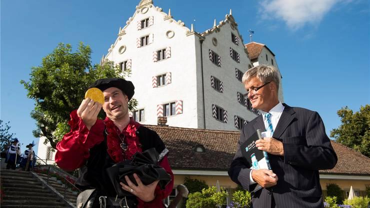 Kaspar Effinger bekam von AKB-Chef Rudolf Dellenbach einen Jubiläumsbatzen.