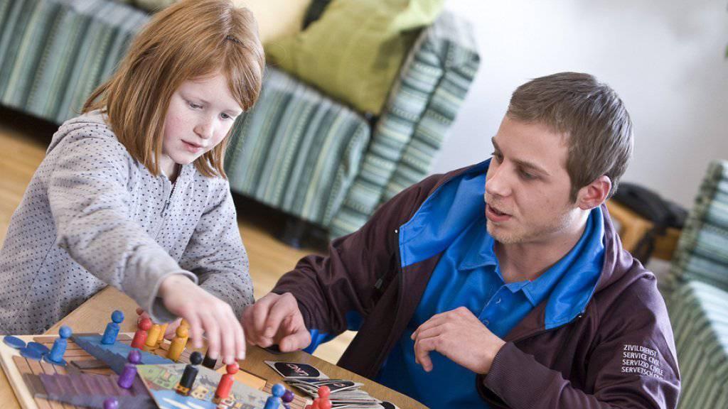 Geht es nach dem Ständerat, sollen Zivildienstleistende künftig auch an Schulen zum Einsatz kommen (Symbolbild).