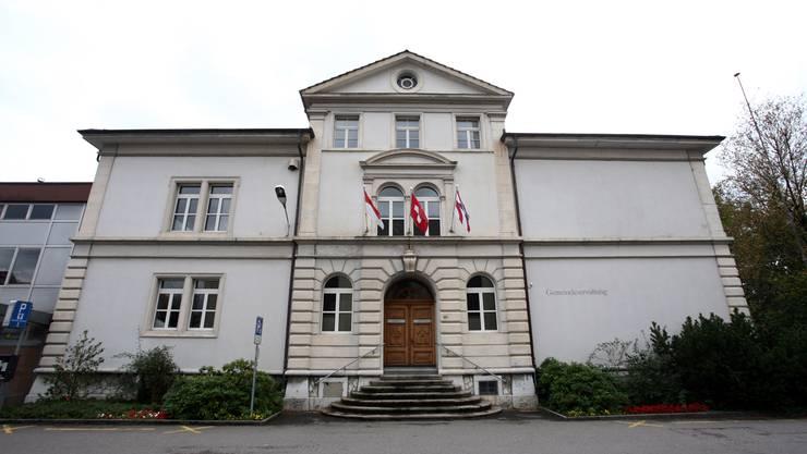 Fahnen schmücken Derendingens Verwaltungsgebäude.