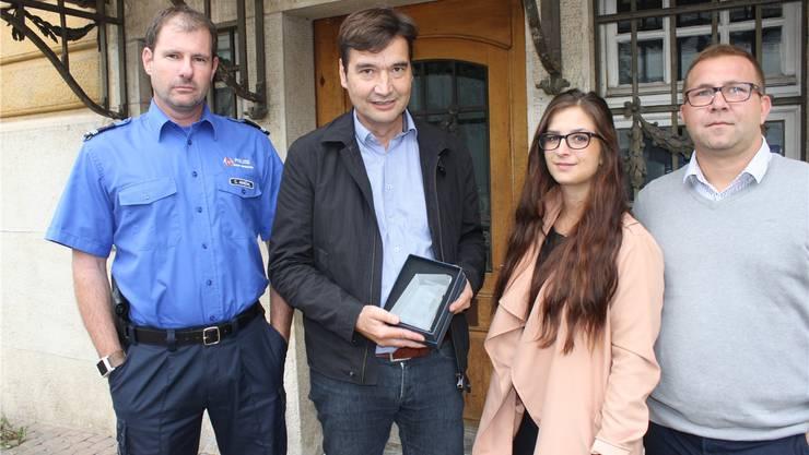 Stadtpolizeikommandant Christian Ambühl überreichte «Grenchen Guard» Stadtpräsident François Scheidegger. Rechts die beiden Entwickler Tobias Bertschi und Tina Wehrli von der Firma Swiss Digital AG.