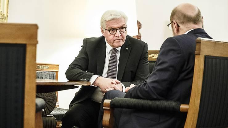 Bundespräsident Steinmeier (links) blickt SPD-Chef Schulz tief in die Augen. Spekuliert wird, dass das deutsche Staatsoberhaupt an seinem Amtssitz Schloss Bellevue in Berlin seinen Parteikollegen von einer Neuauflage der grossen Koalition mit Bundeskanzlerin Merkels CDU und der CSU überzeugen will.