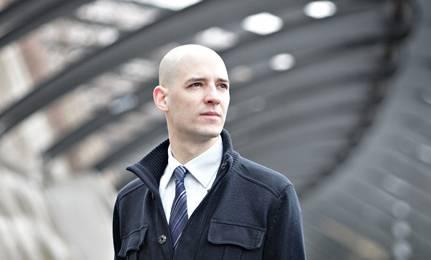 Louis Perron ist Politologe und führt in Zürich eine politische Beratungsfirma. Der 36-jährige hat sich u.a. auf Wahlkampfplanung, Mobilisierung und Lobbying spezialisiert.