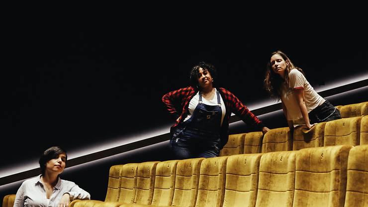 Die Gründerinnen des Mino Collectives: Multiinstrumentalistin Sarah Palin (rechts) sowie die Sängerinnen Brandy Butler (Mitte) und Ella Ronen (links).