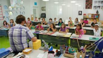 Ein Lehrer unterrichtet in der Schule Steinmürli. Auf Primarstufe werden Bewerbungen von Männern bei gleichwertiger Qualifikation bevorzugt.