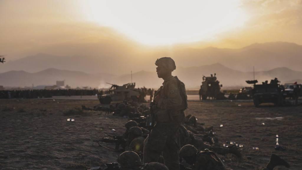 dpatopbilder - HANDOUT - Soldaten der US-Armee sichern den internationalen Flughafen Hamid Karzai in Kabul. Rund um den Flughafen herrscht noch immer Chaos. Deutschland und andere Staaten versuchen seit Tagen, ihre Bürger und Helfer aus Afghanistan auszufliegen. Doch am die Lage am Flughafen in Kabul ist unübersichtlich. Foto: Rahmat Gul/AP/dpa - ACHTUNG: Nur zur redaktionellen Verwendung im Zusammenhang mit der aktuellen Berichterstattung und nur mit vollständiger Nennung des vorstehenden Credits