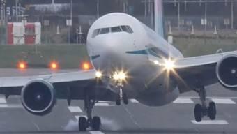 Ein Flugzeug landet in Birmingham mit starkem Seitenwind