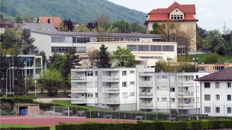 Der Standort der geplanten Antenne befindet sich auf dem Flachdach des Hauses Sandgrubenstrasse 17, im Vordergrund. Bruno Kissling