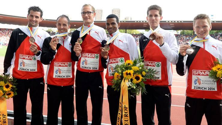 Die Schweizer Marathon-Läufer Patrick Wieser, Viktor Röthlin, Christian Kreienbühl, Tadesse Abraham, Michael Ott und Adrian Lehmann zeigen stolz ihre Medaillen.
