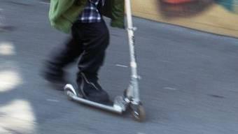 Der 10-jährige Eritreer war mit einem Kickboard unterwegs, als er vom Fahrzeug erfasst wurde (Symbolbild).