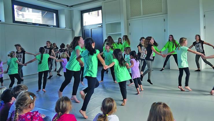 Zum Thema «Tanz der Sinne» verbreiten die Tänzerinnen Frühlingsstimmung. ZVG