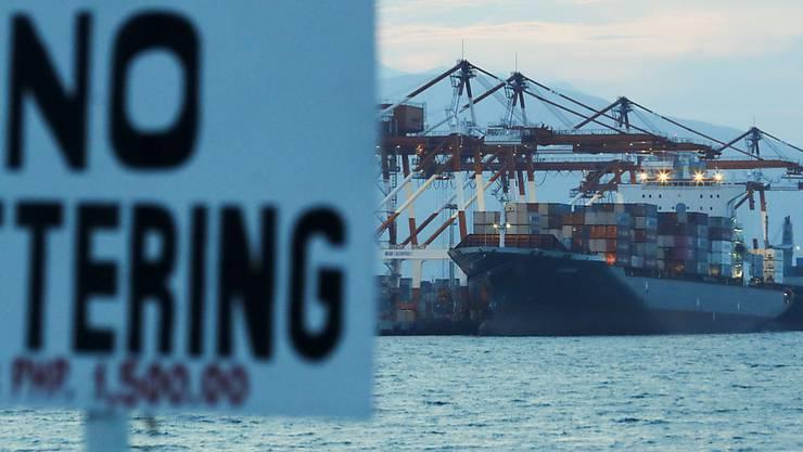 """Das Frachtschiff """"MV Bavaria"""" im philippinschen Hafen von Subic Bay mit 69 Containern voller Abfall an Bord."""