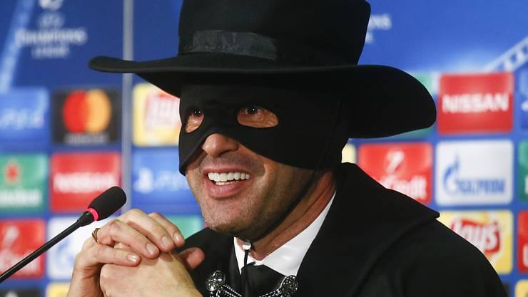 Paulo Fonseca, Trainer von Schachtar Donezk, trat nach geglückter Achtelfinal-Qualifikation in der Champions League als Zorro vor die Medien