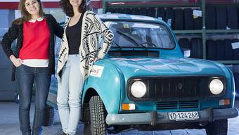 """Die beiden Studentinnen brechen am 18. Februar in Biarritz (F) zur """"Renault 4L Trophy"""" nach Marokko auf."""