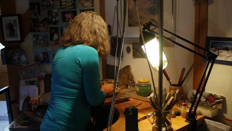 Angela Rast glüht ein Stück Silber aus. Sie schaut gerne ins Feuer, wie sie sagt.