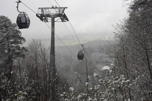 Blick auf die verschneite Talstation.