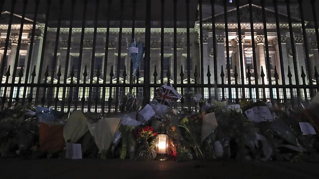 Blumen und Kerzen stehen vor dem Buckingham Palast in London, nachdem der Tod von Prinz Philip, Herzog von Edinburgh, bekannt gegeben wurde. Foto: Yui Mok/PA/AP/dpa