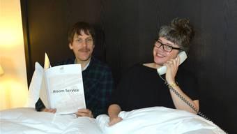 Sean Patten schlägt mit seiner Mitspielerin Sarah Thom am Tag vor der Aufführung die Zeit tot.