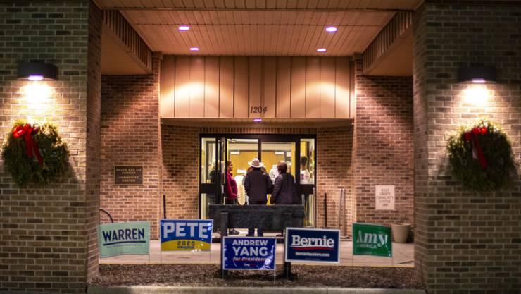 Die erste Vorwahl der Demokraten im US-Präsidentschaftsrennen ist im Chaos versunken: Wegen einer Panne konnte die Partei nach der Abstimmung im Bundesstaat Iowa noch keine Ergebnisse veröffentlichen.
