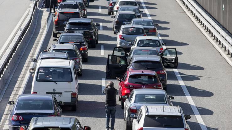 Die letzten Stunden vor der Ankunft im Süden ziehen sich in die Länge: Die Autos der Ferienreisenden stauen sich vor dem Gotthard-Nordportal. (Archivbild)