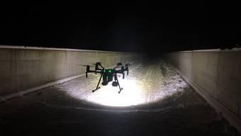 Die Drohne auf der Salginatobelbrücke.