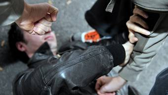 Das Opfer erhielt von hinten einen Schlag in den Nacken und stürzte in der Folge zu Boden. Anschliessend raubten ihm zwei Männer das Portemonnaie. (Symbolbild)