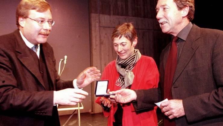 Der Kunstsammler Peter Bosshard (r) erhält 1999 zusammen mit seiner Ehefrau Elisabeth Bosshard (Mitte) vom Zürcher Regierungsrat Markus Notter (l) die goldene Ehrenmedaille des Kantons Zürich. Am 4. März 2018 ist Peter Bosshard 75-jährig gestorben. (Archiv)