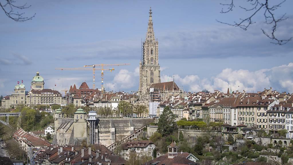 Blick auf die Berner Altstadt Bern und das Münster. Wer hier eine Wohnung kaufen will, muss tief in die Tasche greifen. (Archiv)