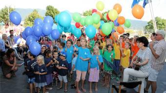 Münchwiler Schülerinnen und Schüler freuen sich gemeinsam mit der Bevölkerung über das neue Schulhaus. Paul Roppel