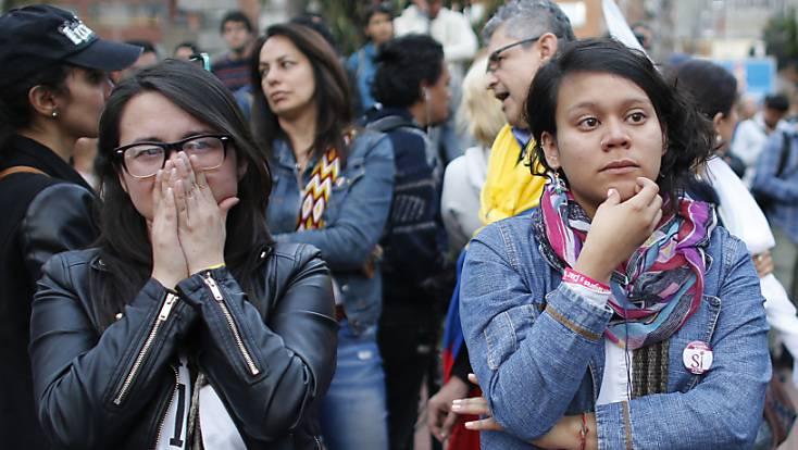 Befürworter des Friedensvertrags zwischen Kolumbiens Regierung und den FARC-Rebellen nehmen mit Enttäuschung das Nein-Votum des Volks zur Kenntnis.