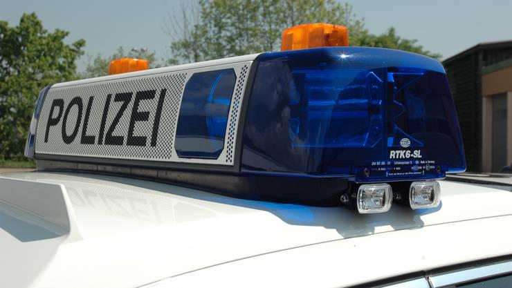 Mit rasanter und gefährlicher Fahrweise entzog sich am Freitagnacht zwischen Dulliken und Gretzenbach der Lenker oder die Lenkerin eines schwarzen Kleinwagens einer Polizeikontrolle.