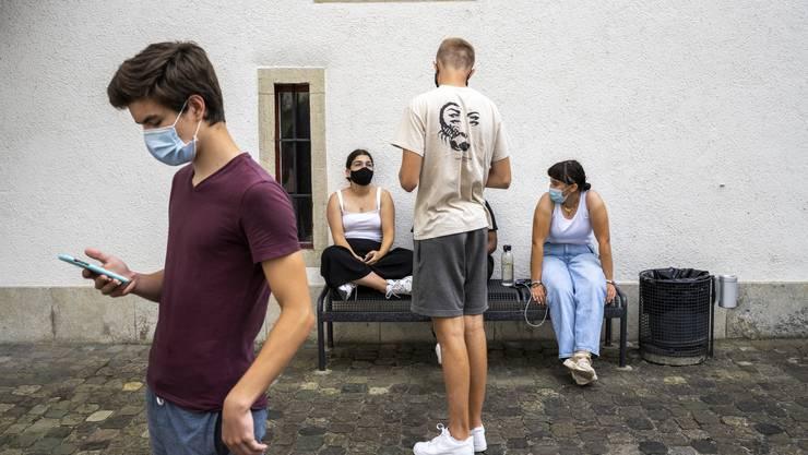 An der Kantonsschule Wettingen wurde die Maskenpflicht wegen neun Corona-Fälle aufs ganze Areal ausgeweitet.