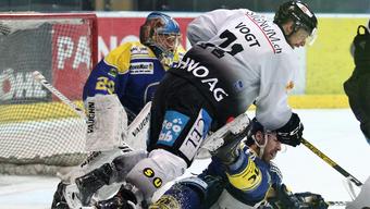 Marco Vogt versucht im Gewimmel ein Tor für die Basler zu erzielen.