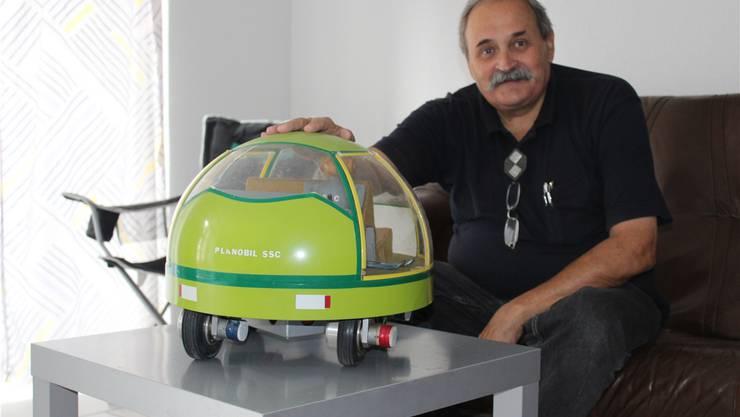 Voller Stolz präsentiert Samuel Schmid sein kugelförmiges Planobil, welches mit einer Hydraulikpumpe und durch Akkus angetrieben wird. Chantal Gisler