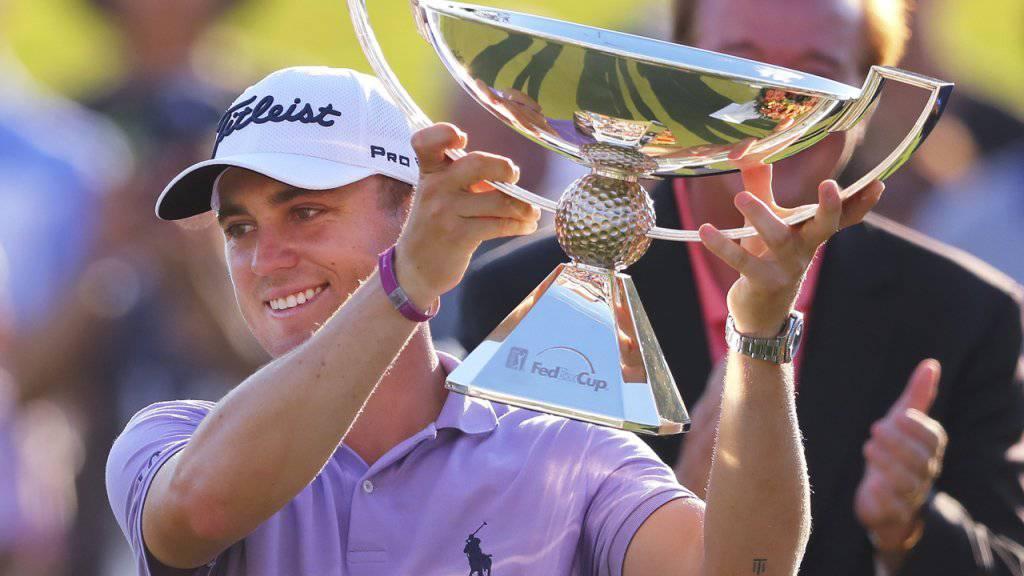 Justin Thomas posiert mit dem wertvollsten Kübel des Golfsports.