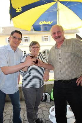 Fabian Hägler, Ressortleiter Freiamt, stösst mit  Esthi und Urs Meier an, der Mittelpunktfamilie