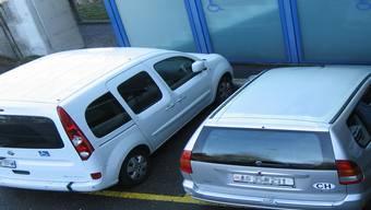 Zwei Autos gestern auf den Behindertenparkplätzen beim Kantonsspital –nur das linke hat eine entsprechende Parkkarte.kus